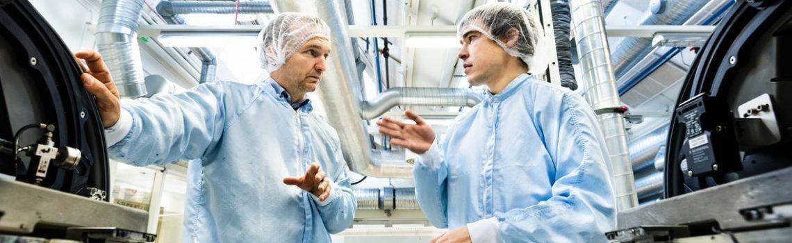 Magnus Berggren, professor och chef för Laboratoriet för organisk elektronik, och Eric Glowacki, forskningsledare inom området organiska nanokristaller. Här i samspråk vid en tryckpress för tryckt elektronik. Foto: Thor Balkhed